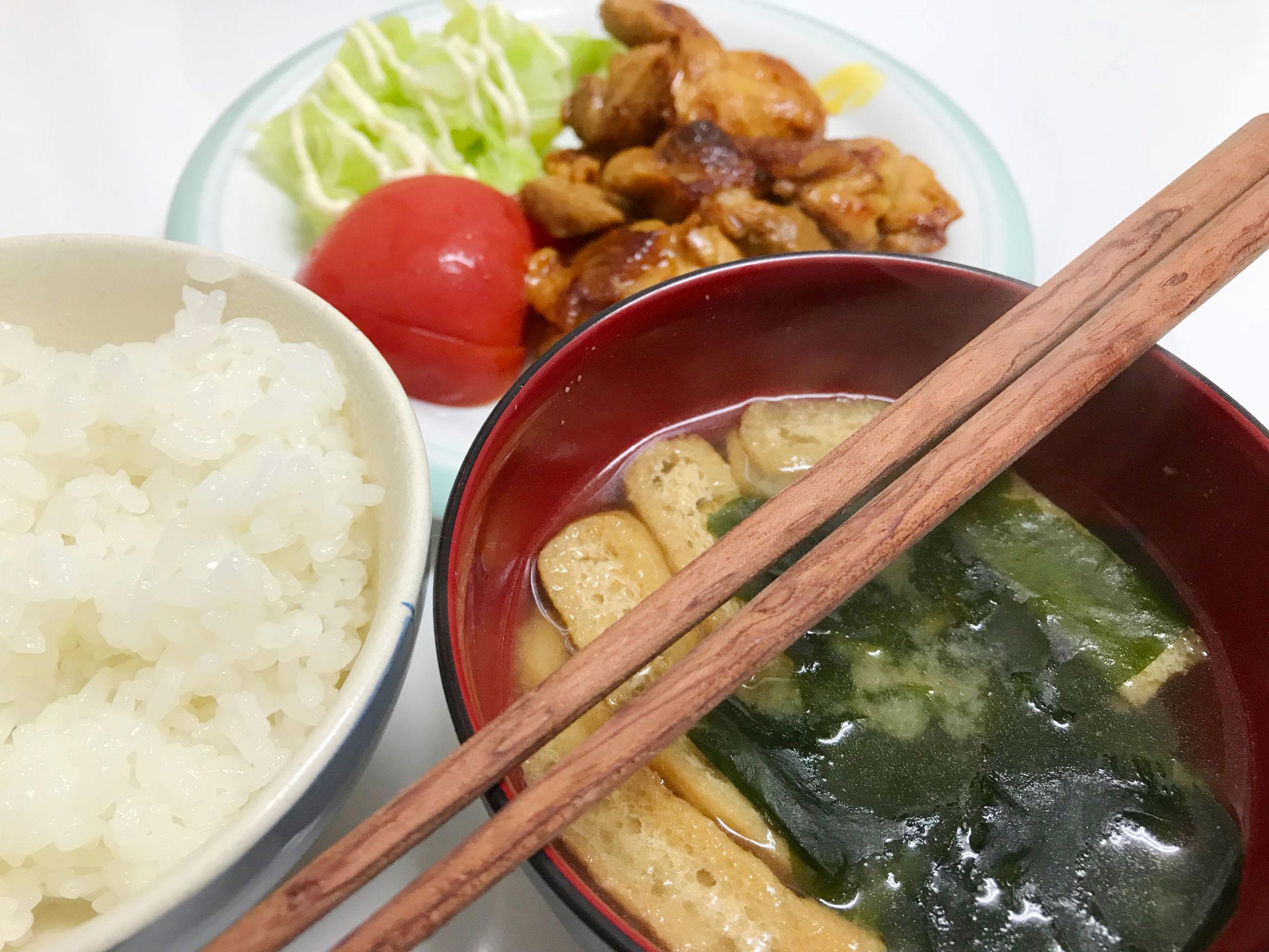 マイ箸と食卓の写真